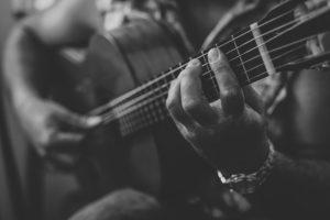 Klassische Gitarre auf der musiziert wird